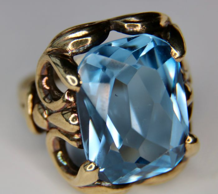 Jugendstil, around 1900/1920 Germany with specifically a large luminous intensive blue Spinel of approx. 12.32 ct. in wonderful leaf design frame.