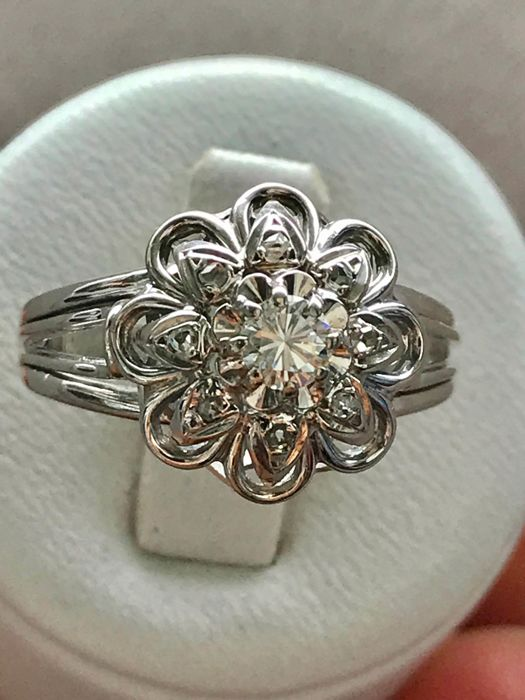 Antique ring in 18 kt white gold in flower shape set in the centre with a diamond of 0.33 ct