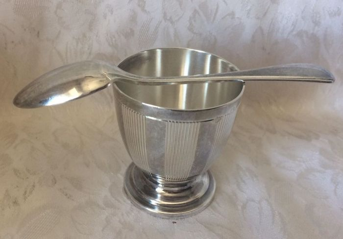 Beautiful sterling silver egg cup with matching spoon, in a lovely case, Minerva's head 1st grade hallmark & Master silversmith's mark: Henin 1896 Paris