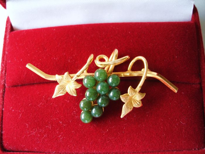 Vintage 1970s – 18K Yellow Gold double plated Swoboda style Brooch with Leaves and green Genuine Jade Grape