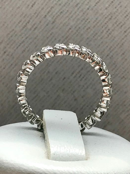 American wedding band in 18 kt white gold, full circumference of extra white diamonds G/VS total weight 1.10 ct