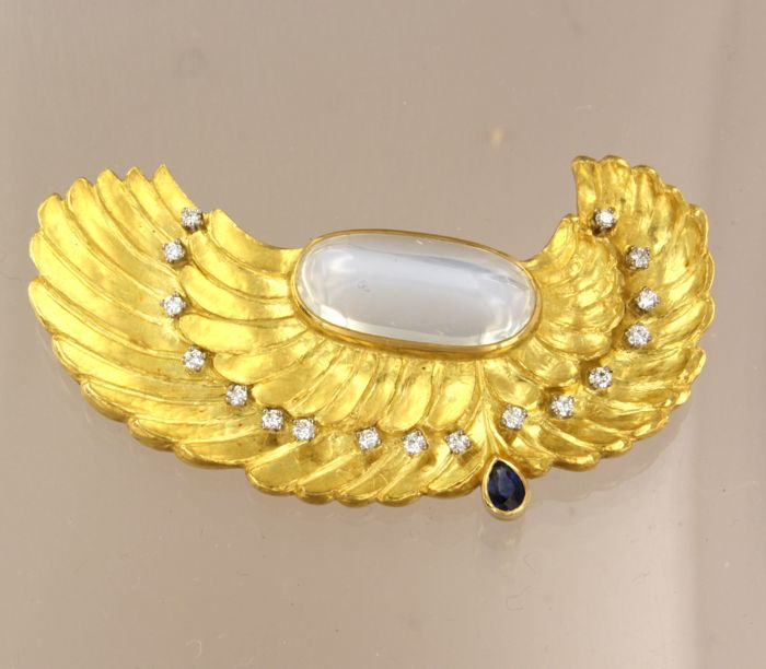 Handmade 18 kt yellow gold brooch set with moonstone, sapphire and 17 brilliant cut diamonds of approx. 0.40 ct in total