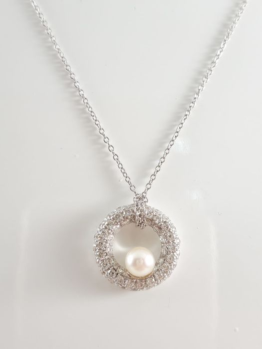 "Women's chain ""Mimì"" in 18 kt white gold with natural diamond pavè of 0.58 ct total and cultured sea pearl Weight: 5.3 g"
