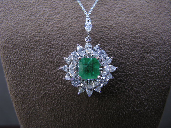 14k white gold chain and pendant with emerald of 1.05 ct. and diamonds of 1.39 ct. - 42 cm chain.
