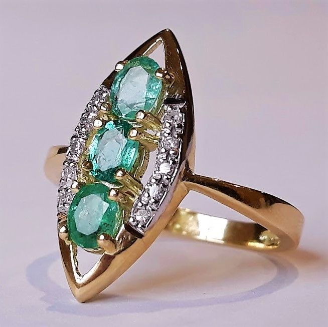 Shuttle ring with a trilogy of natural emeralds and 10 H/I diamonds in 14 kt gold New item of jewellery Made in Spain - 18 mm in diameter