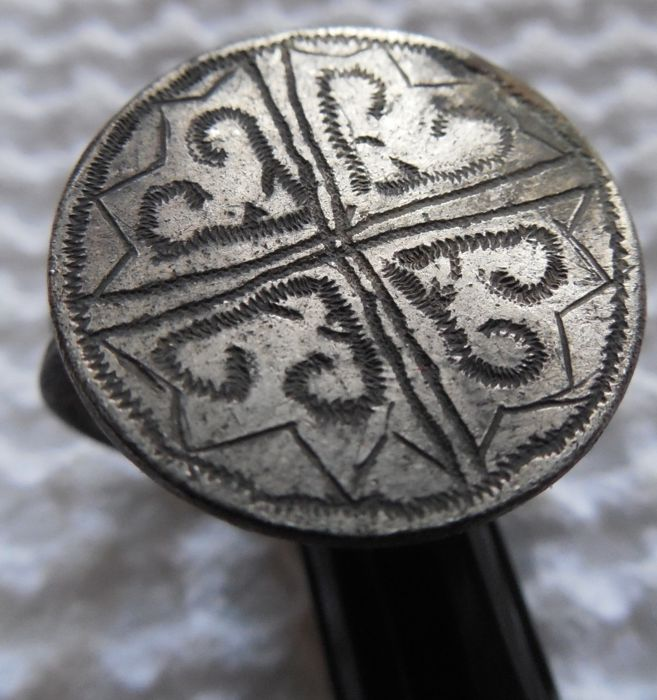 Middeleeuws Zilver Rare ring with symbols on the shield - internal diameter 24*21 mm
