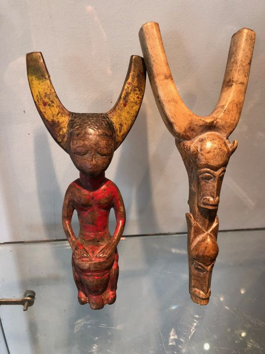 Pair of slingshots or catapults carved in wood - BAULE - Ivory Coast