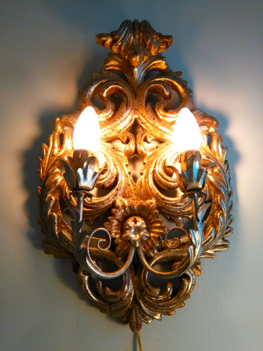 Outstanding wall sconce in true gold leaf gilt wood and wrought iron, in Baroque style - Italy, 1950s
