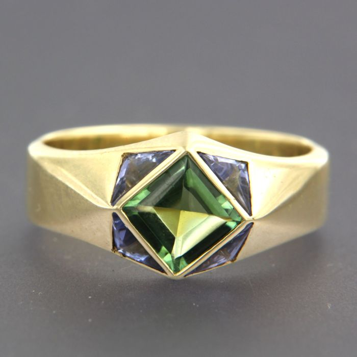 14 kt yellow gold ring set with a peridot in the centre and with 4 triangle cut tanzanites, ring size 18.5 (58)