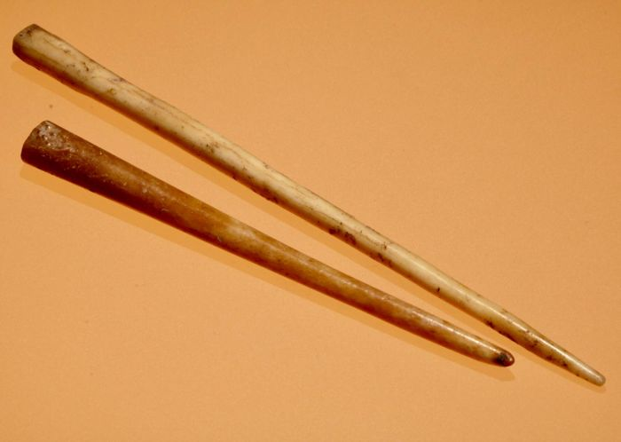 Two Ancient Roman Hueso Stylus for writing  - 13,9cm./10,4cm.(2)