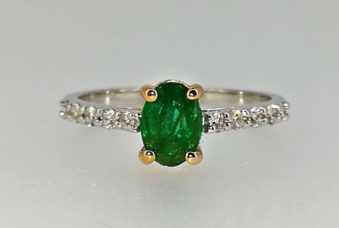 No reserve price Bi-colour ring of 18 kt 2.5 g emerald and diamonds 1.45 ct G VS
