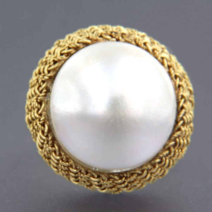 18 kt yellow gold ring set with a mabe pearl