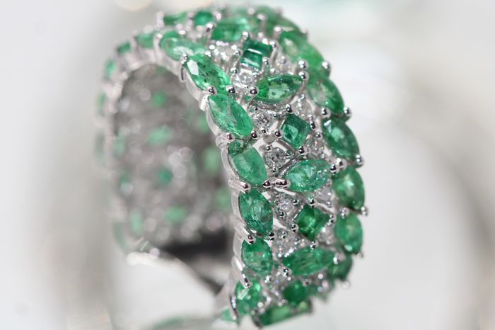 18 kt gold eternity ring set with natural emeralds and diamonds, size 53.