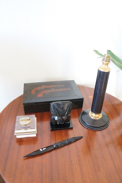 Trinket lot consisting of a 'Le Tanneur' leather lamp, a Plexiglas lighter, an obsidian mask