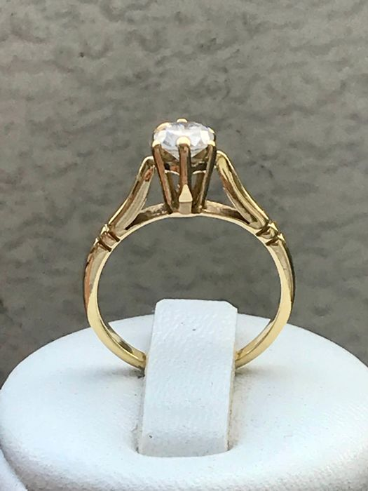 Antique solitaire ring in 18 kt yellow gold set with a 0.50 ct Top Wesselton VVS diamond