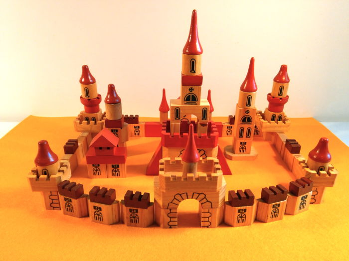 Beautiful vintage modular castle in various shapes: 109 wooden tiles