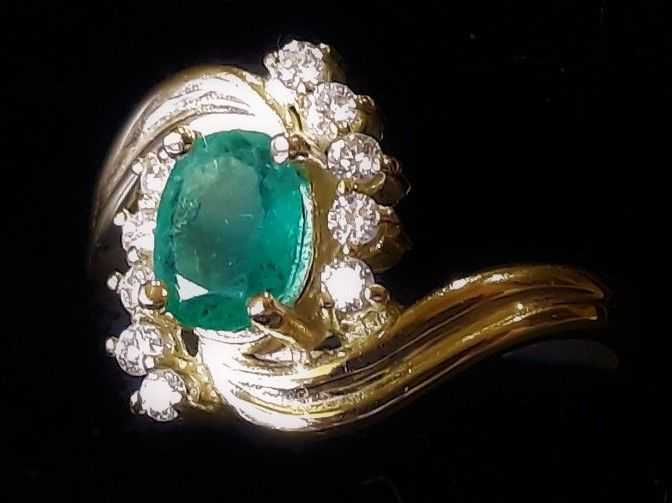 Ring with natural emerald and 10 diamonds VS/G-H totalling 0.45 carat, 14 kt gold, 4 grams - 17.5 mm in diameter