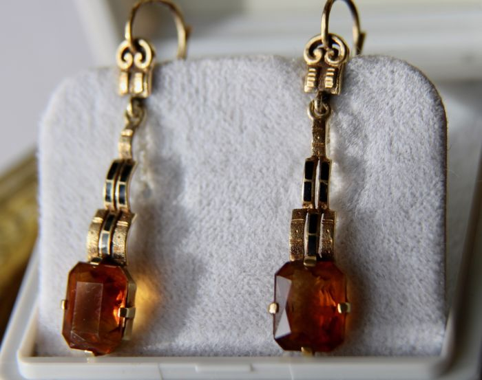 Circa 1920 Art Deco 585 Yellow gold Earrings executed in cascade shape with yellow Topaz of about 9.2 x 7.3 mm fork setting.