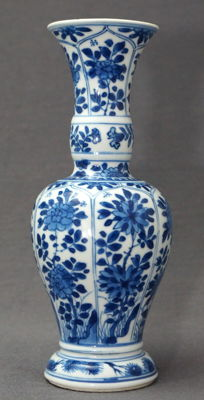 Special vase with a decoration of pines and blossom cartouches - China - around 1690 (Kangxi period)