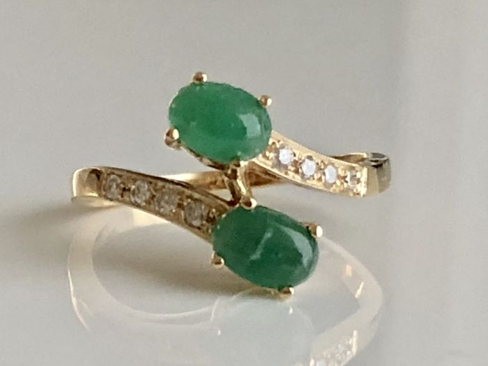 Yellow gold ring 18kt/750 with 2 cabochon cut emeralds of 1.20 ct and 8 brilliant cut diamonds of 0.112 ct - Ring diameter 16 mm