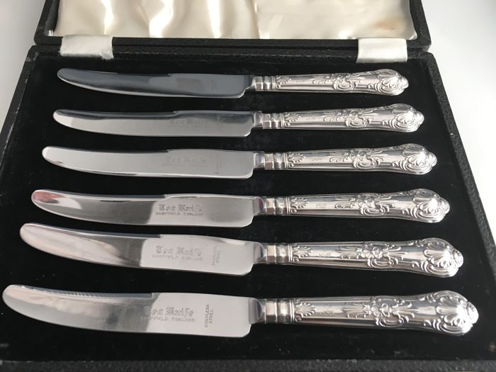 A set of six cased silver tea knives. Sheffield, Harrison Brothers, 1973
