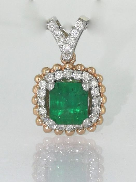 Diamond pendant with a green emerald 0.90 ct and 27 diamonds total 0.25 ct  ***No reserveprijs****