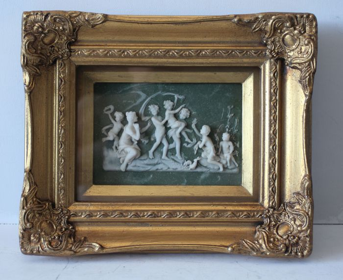 Alabaster plaque of two puttis/angels in gilded display frame, Biggs and Sons London, 20th century