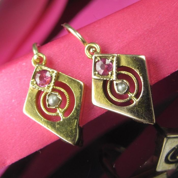 Antique 585 / 14 kt gold earrings with ruby and pearl