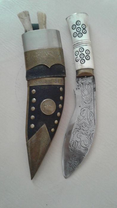 Knives (sir Lanka) Decorated steel, grip in ivory (small knives tooth of elephant) copper