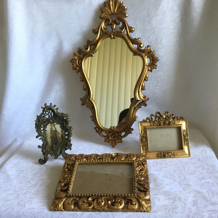 1 wooden gold-plated Baroque mirror, 1 brass picture frame with antique photo, 2 gold-plated polystyrene picture frames.