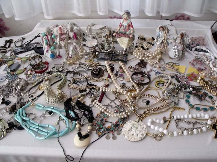 Lot of costume jewellery