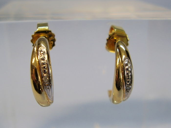 Golden crepe set with diamond trim (0.02 ct.)