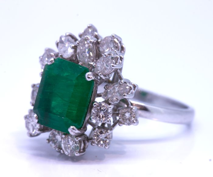 18 kt gold rosette with 1.50 ct of diamonds and 3 ct emerald. - Size 14