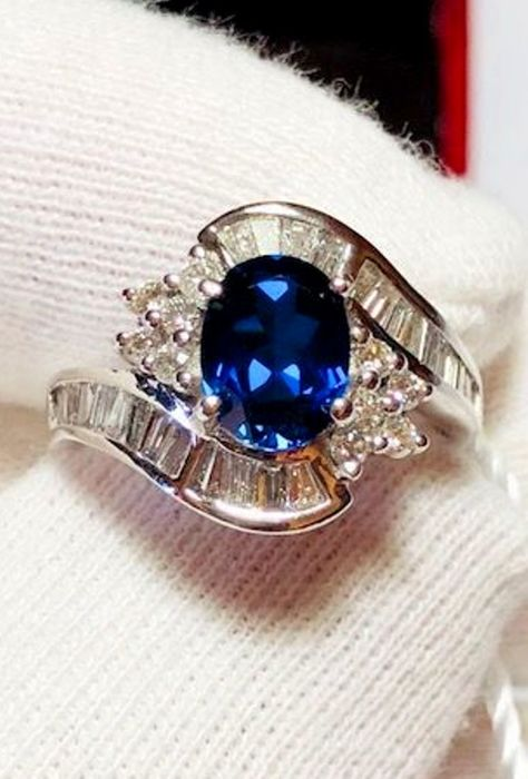 Women's cocktail ring in 18 kt white gold with 2.00 ct sapphire and diamonds, 1.00 ct - No reserve