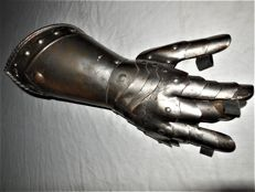 Old metal sheet Knight hand/arm - movable fingers - with closure and ornaments