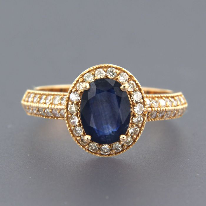 14 kt rose gold entourage ring with sapphire of approx. 1.35 ct and 43 brilliant cut diamonds of approx. 0.46 ct in total - ring size 17.25 (54)