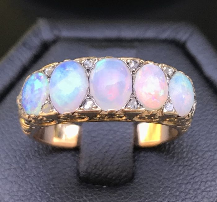 Garter ring from 1900 in 18 kt rose gold, decorated with pink and blue opals and rose-cut diamonds (2 ct)