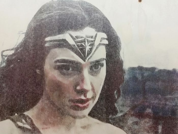 WONDER WOMAN - Original artwork on a wooden plate - Size: 29,8 x 42 cm. - First edition - (2018)