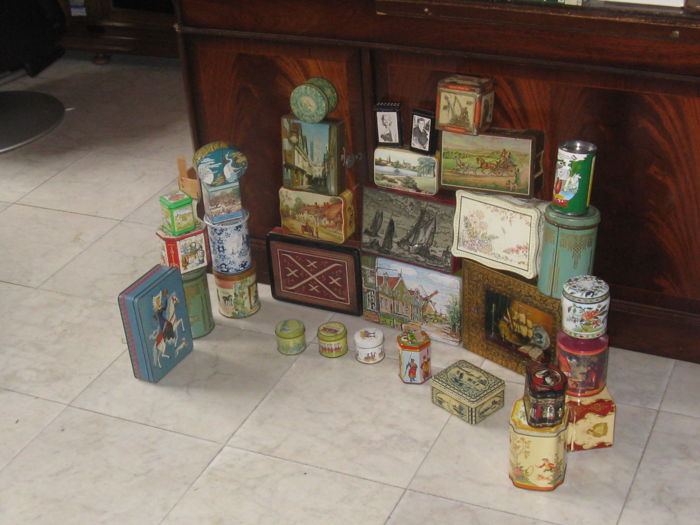 32 beautiful antique Pre-war tins
