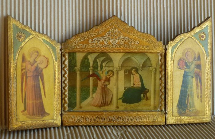 """1970s Florentine Renaissance Style tryptic altarpiece consisting in an engraved, painted and gilt wooden panel with the (not painted) images of Fra Angelico's fresco """"L'Annunciazione."""" Archangel Gabriel is visiting Virgin Mary, announcing Jesus birth. The reproduction of the fresco occupies the central part of the altarpiece, while an angel is depicted on each of both sides."""