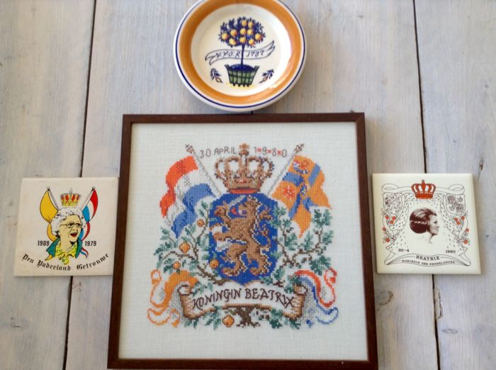 "4 x Royal family, ""hand-embroidered painting"" + 3 commemorative plates"