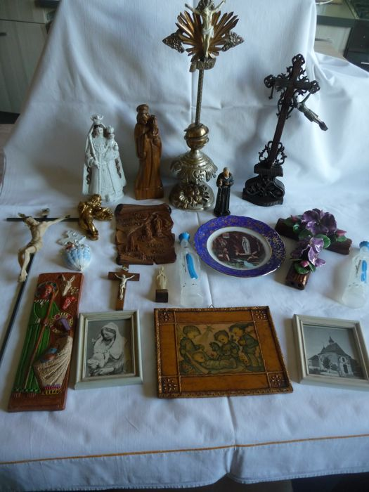 Collection of devotional figurines, crucifixes, frames, plates, ...