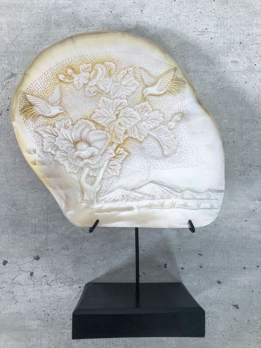 Large engraved mother of pearl shell with Japanese, The Great Wave of Kanawaga Carving - Bali, Indonesia - Late 20th century