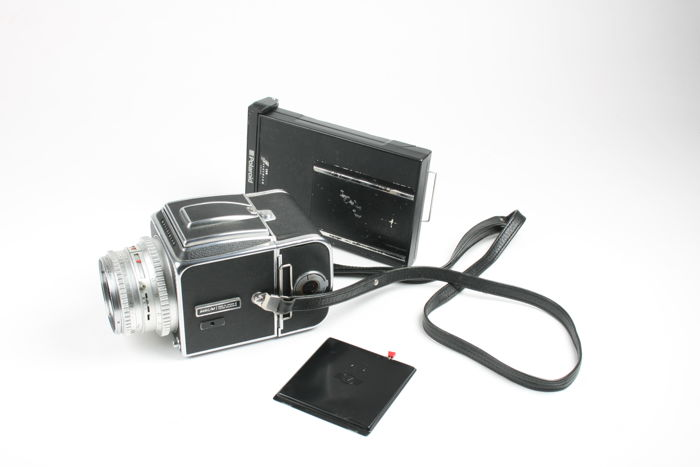 Hasselblad 500C/M camera with 80 mm lens and A12 back, carrying strap and  Polaroid back - Catawiki
