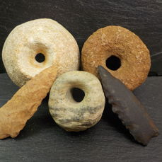 Prehistorisch, Neolithisch Quartzite, Gneiss and Schist  Arrowhead, Spindle Whorl and Pendant - 5.3 cm to 3.3 cm - (5)