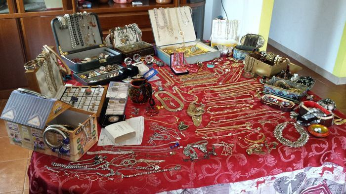 Collection of more than 400 vintage and contemporary jewels and items, 9.8 kg, hallmarked gold and silver (gold 750, 375, silver 835, 925), amber, coral, several gems, stones, collection of coins...
