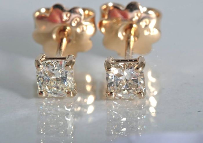 14 kt gold ear studs set with 2 cushion cut diamonds of 0.50 ct in total.  Diameter: 4.05 X 3.75  mm. No reserve price