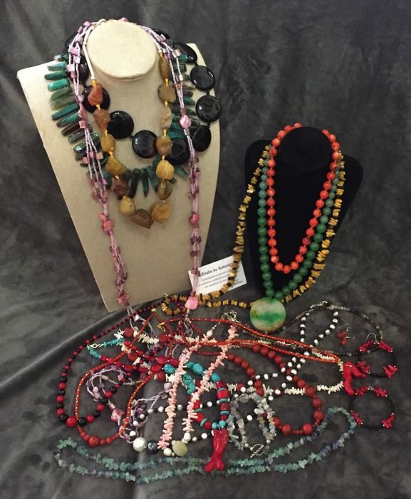 A collection of 17 coral necklaces and semi-precious stones (jade, amber, amazonite, agate, onyx, aventurine, turquoise, tourmaline, fluorite), pearls and shells are new, unused.