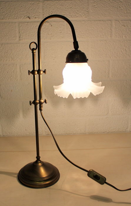 Vintage adjustable table lamp in brass with milk glass scalloped shade