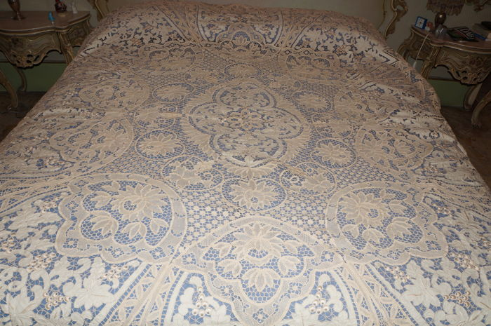 Bedspread of great value, in Burano and carving (1) - Linen and silk Embroidery